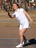 Sexy Olympics - Ragazza di tennis Mikols ha divertimento con la sua topa sulla court outdoors